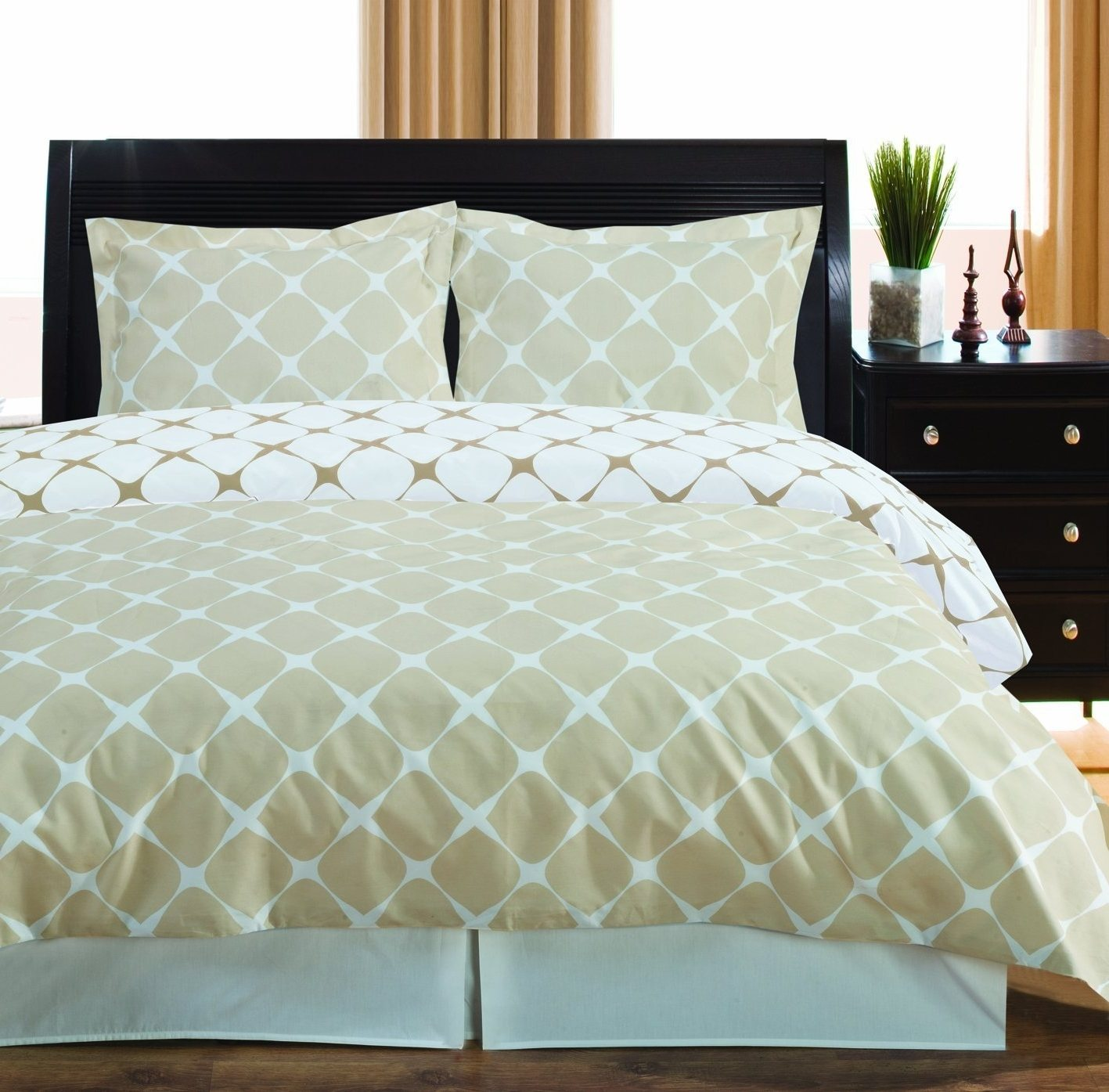 The Cheetah Girl Queen Bed Skirt from Sweet Jojo Designs adds a cheetah print touch to any bedroom, as this dust ruffle is used to conveniently hide under the bed storage as well as look stylish and fun.