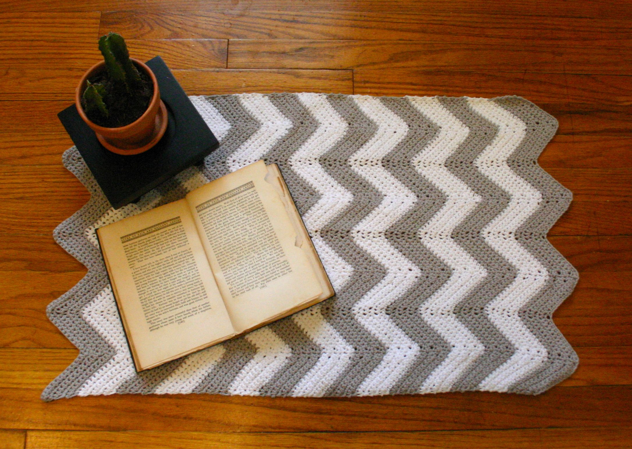 Zig Zag Pattern Rug | Chevron Rug | Navy Chevron Outdoor Rug